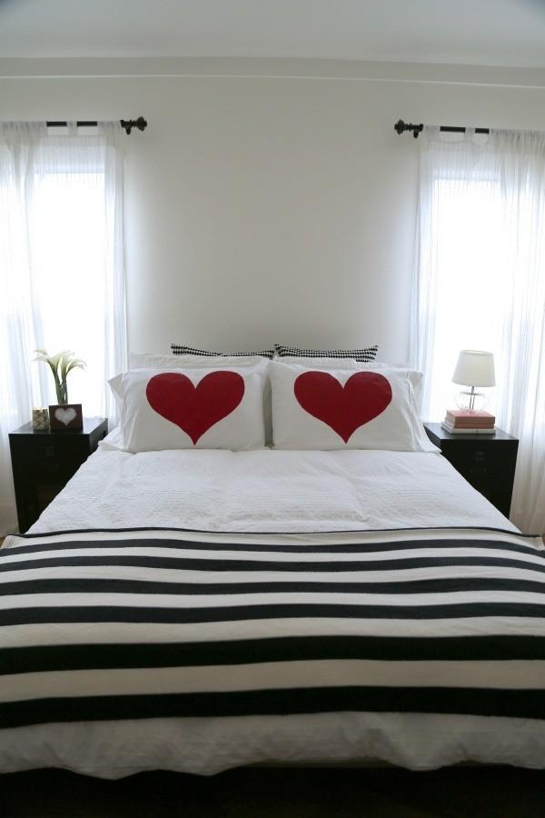 Lit spacieux et deux oreillers avec des cœurs en rouge