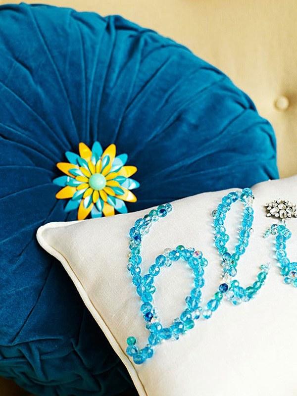 Oreiller décoratif DIY avec des bijoux déco