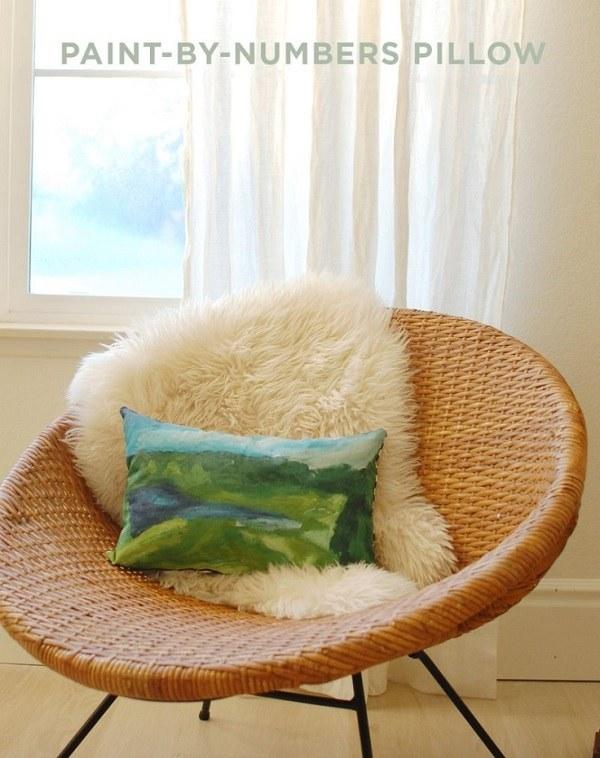 Oreiller avec paysage naturel sur fauteuil en rotin