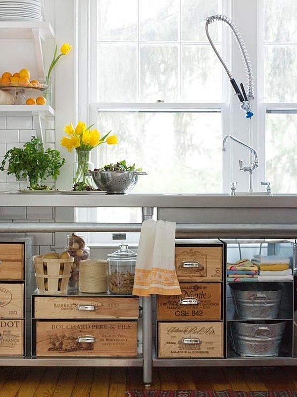 Caisses de vin devenues tiroirs pour cuisine