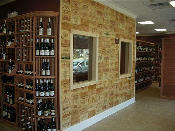 Mur couvert du bois des caisses de vin