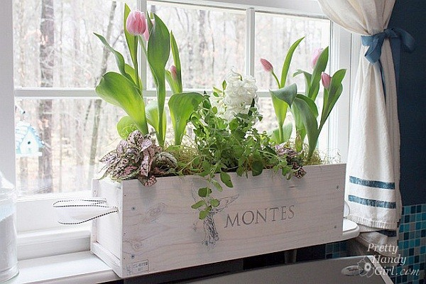 Planteur pour fleurs au bord de la fenêtre