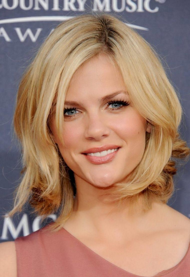 coiffure-femme-mi-long-cheveux-blonds