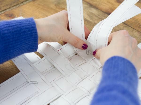 tisser une corbeille en papier etape 7