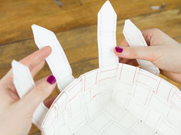 tisser une corbeille en papier etape 9