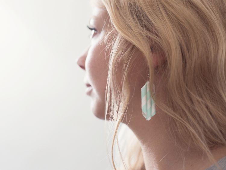 Faire des boucles d'oreilles avec des pailles
