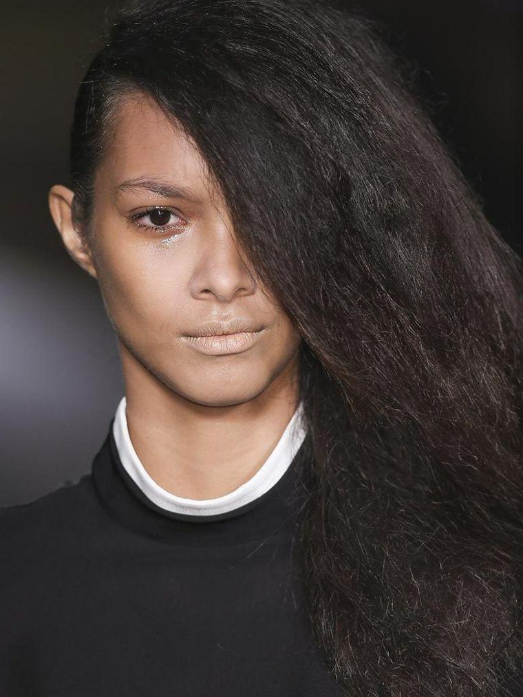 coiffure-vogue-femme-cheveux-longs-le-one-shoulder-hakaan