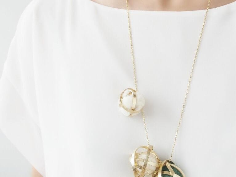 Faire un pendentif boule de laine et ruban métallisé