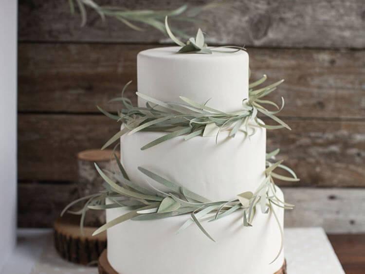 Créer une guirlande d'eucalyptus en papier pour décorer un gâteau 5
