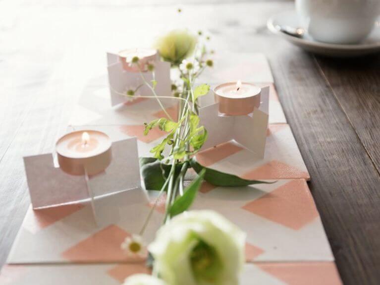 Faire une décoration de table en carreaux et bougeoirs