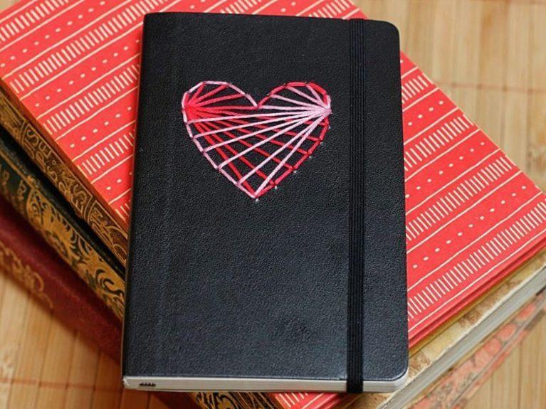 Broder un cœur sur un carnet