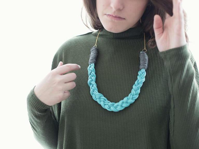 Créer un collier en paracorde tressée