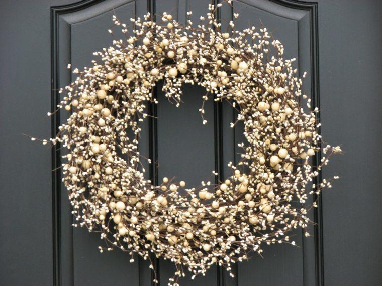 couronne-de-noel-a-fabriquer-avec-branches-a-fruits-blancs