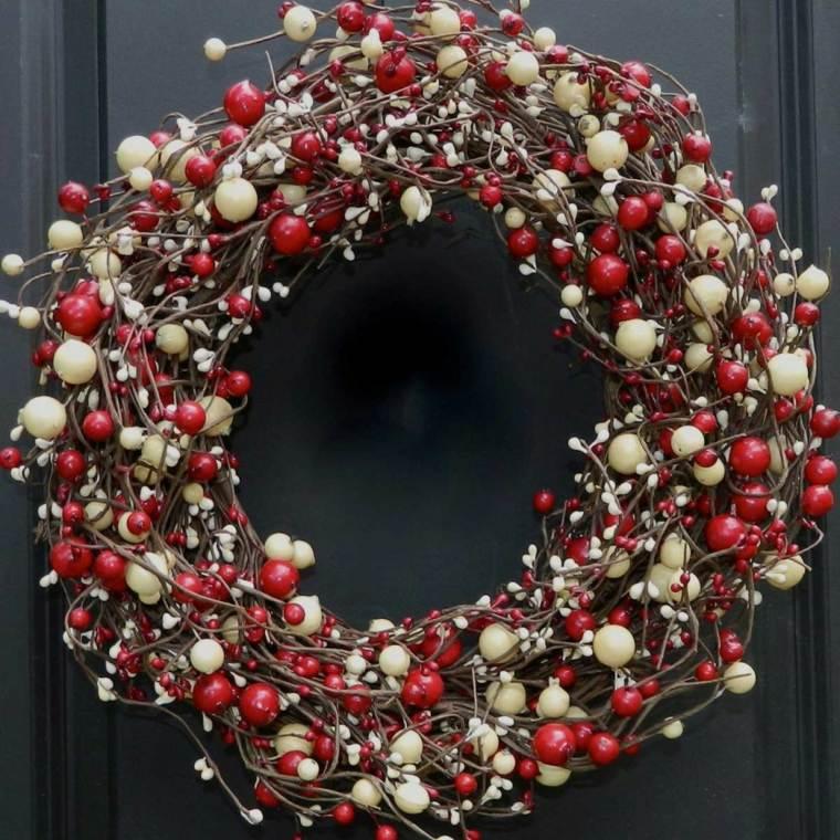 couronne-de-noel-a-fabriquer-avec-branches-fleurs-rouges-blancs