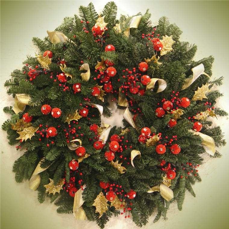 couronne-de-noel-a-fabriquer-avec-feuilles-dorees-fruits-rouges