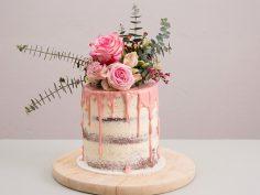 Faire un Naked Cake orné de fleurs et d'eucalyptus