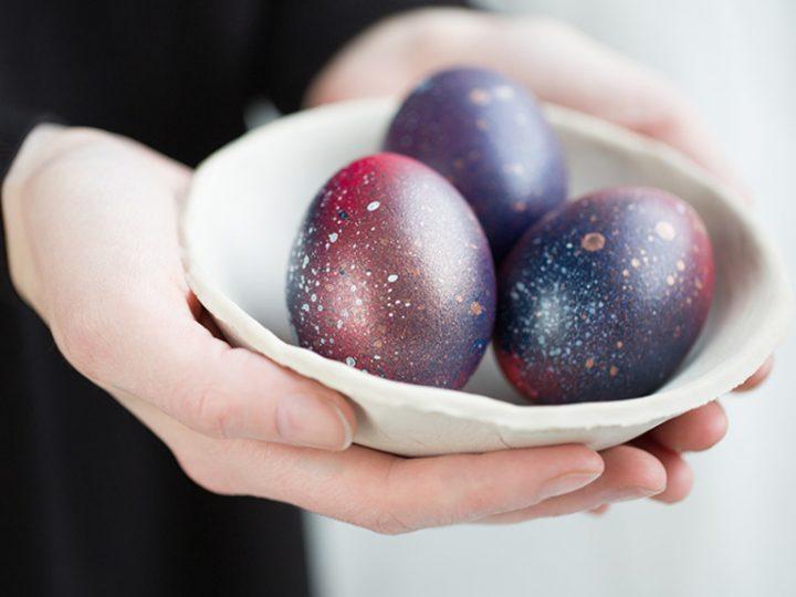 Peindre des œufs de Pâques galactiques