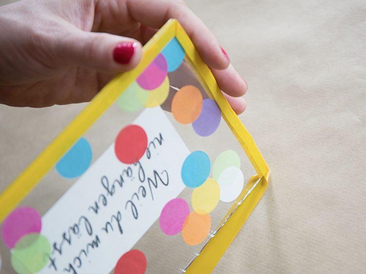 fabriquer un cadeau en verre orn de confettis la maison diy. Black Bedroom Furniture Sets. Home Design Ideas