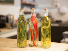 Préparer des huiles aux herbes aromatiques