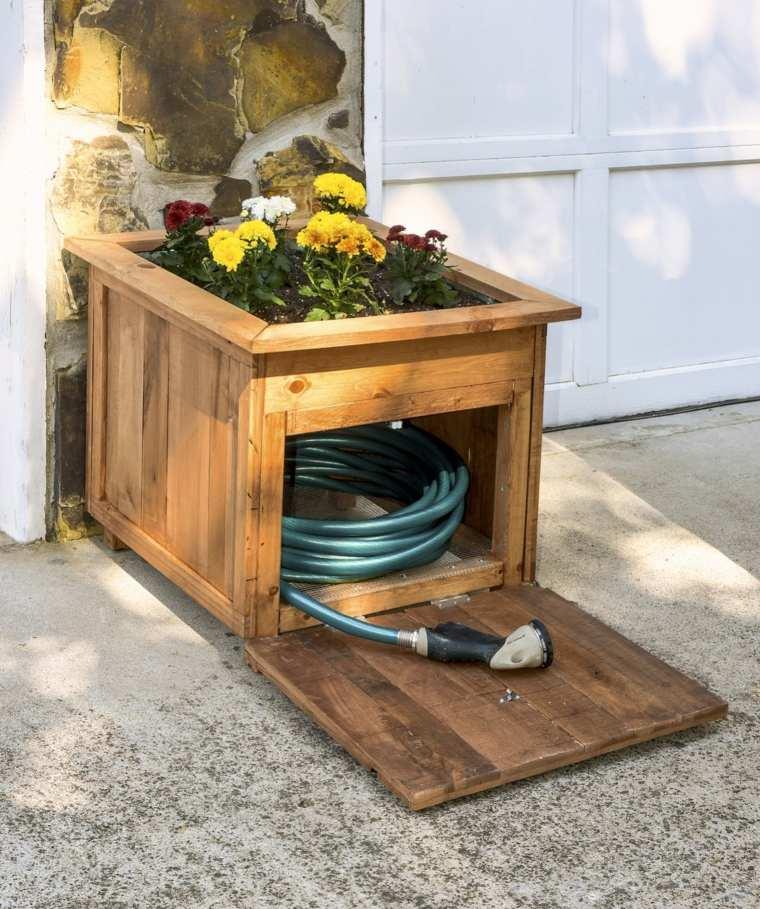 meuble-rangement-palette-de-bois-tuyau-arrosage-jardiniere