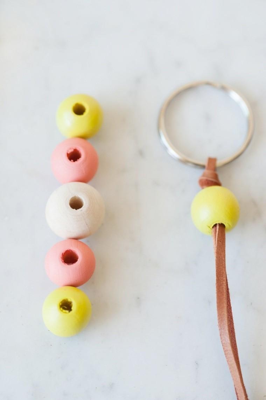 diy accessoire porte clé perles bois decoration tutoriel bricolage