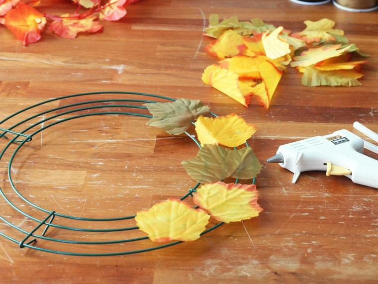 activité créative avec des feuilles d'automne