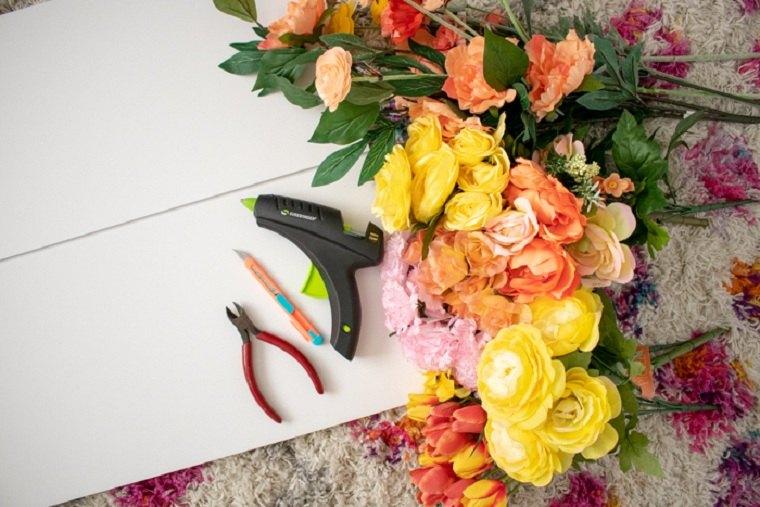 décoration murale avec des fausses fleurs