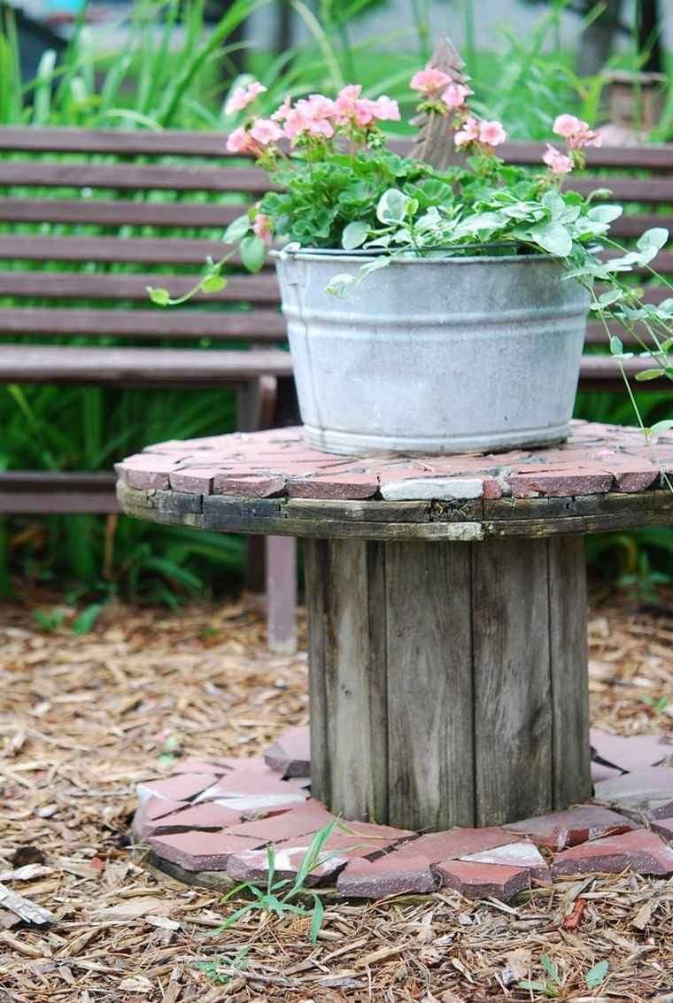 petite-table-jardin-idee-mobilier-de-jardin-pas-cher