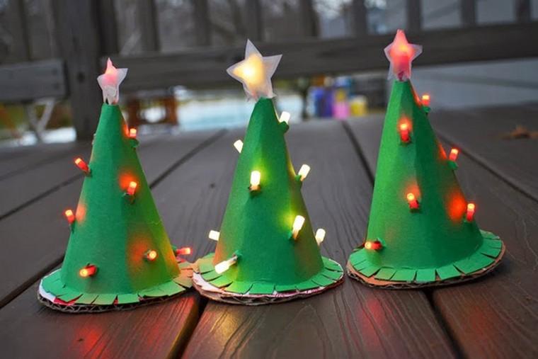 sapin fait d'une assiette en carton coloré en vert et décoré avec guirlande lumineuse
