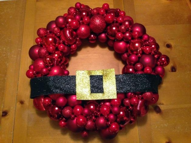 couronne Père Noël caché boules rouge ceinture