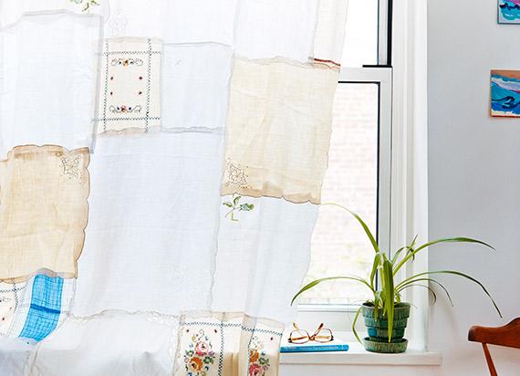 De la table à la fenêtre : la deuxième vie de mes serviettes anciennes