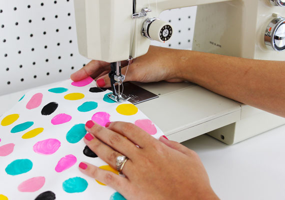 couture et peinture coussin à la main