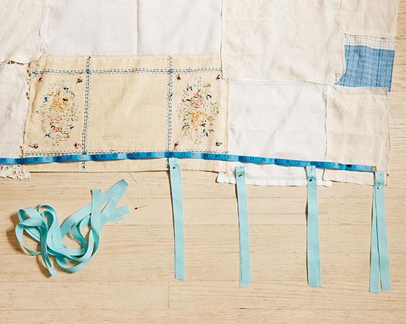 Pliez chaque ruban en deux, marquez son emplacement en haut du rideau et épinglez-le (du côté qui touchera la fenêtre).