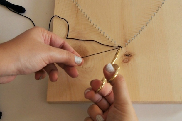 commencez à enfilez votre ficelle autour des clous