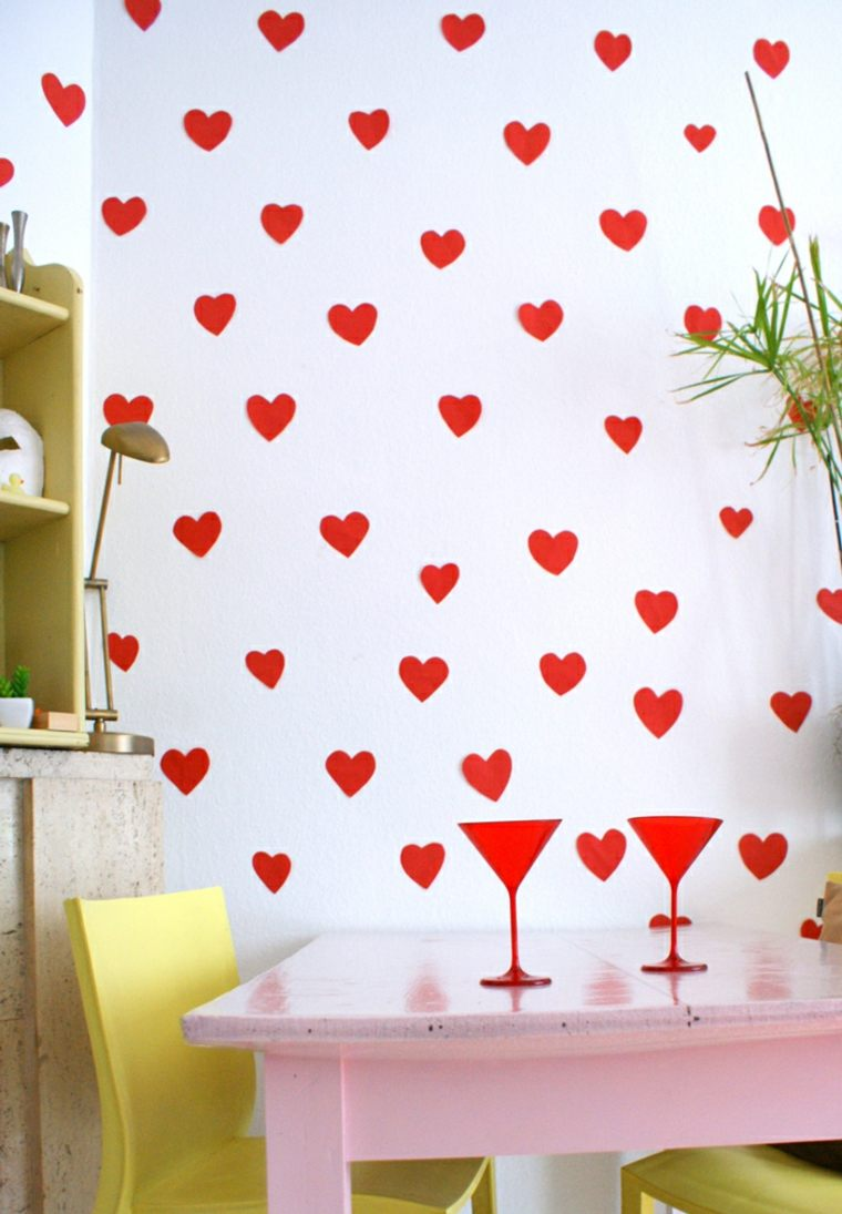 saint valentin cœur en papier rouge idée cuisine table rose bois chaise jaune bois