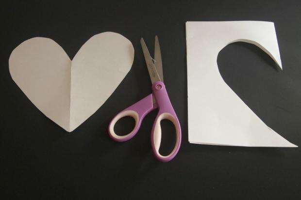 modèle en papier plié pour découper un coeur