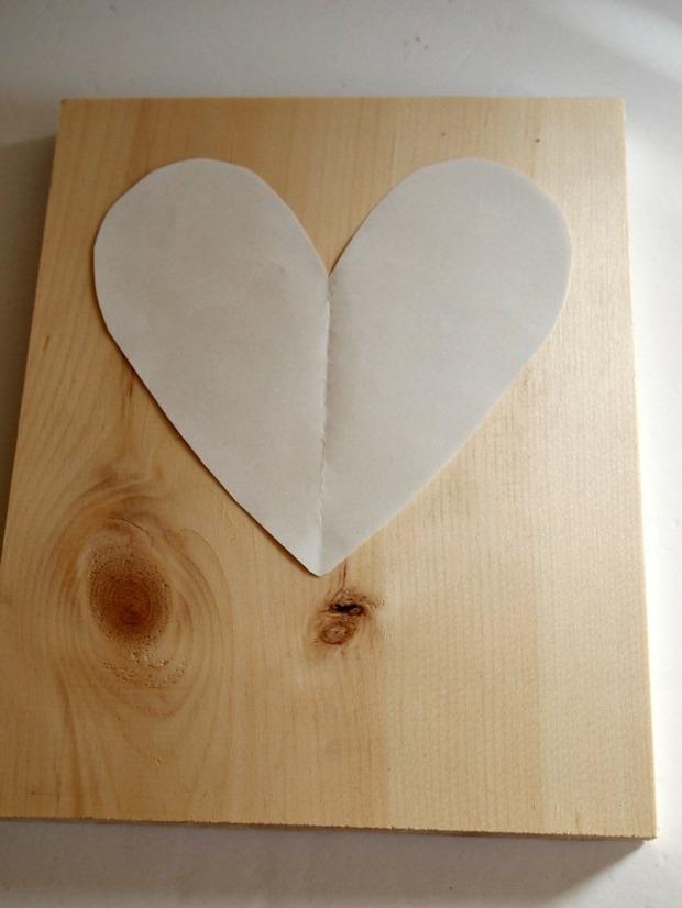 placez modèle en papier sur votre surface bois