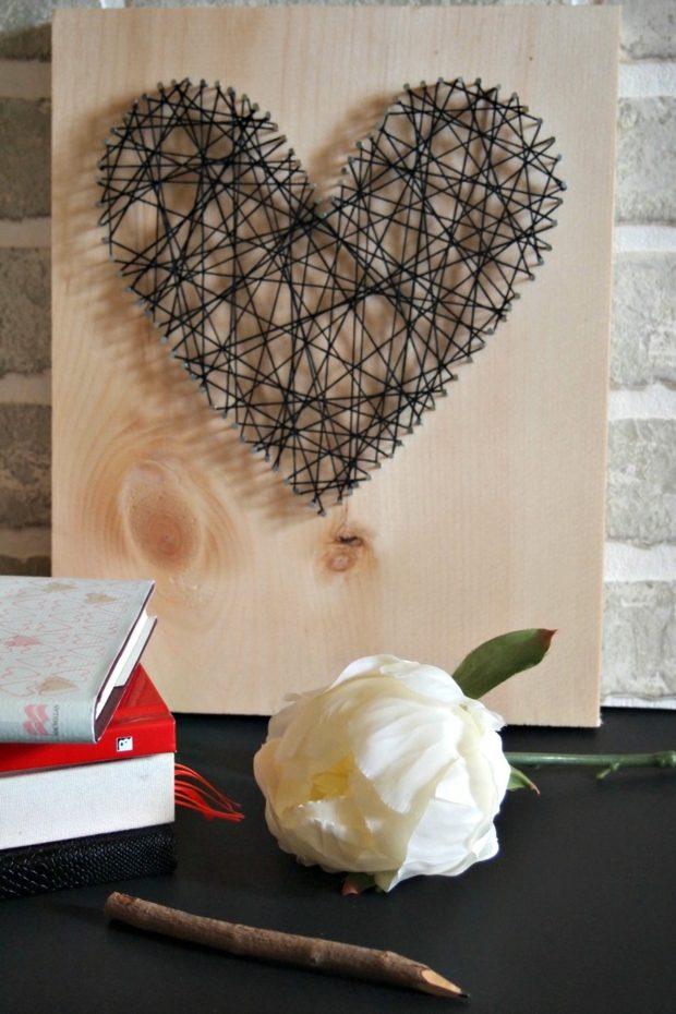 tableau en string art contre mur briques