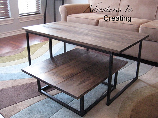 Tables en formes différentes en bois avec des supports métalliques
