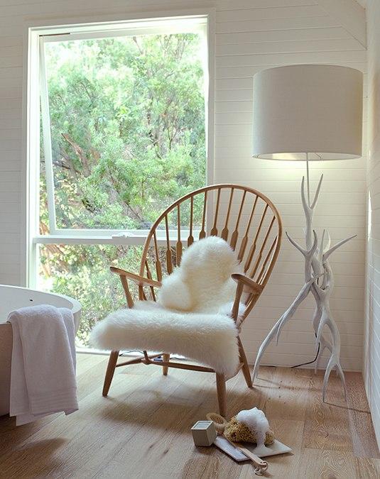 idées-de-déco-lampe-poser-salon-chaise-beau-luminaire