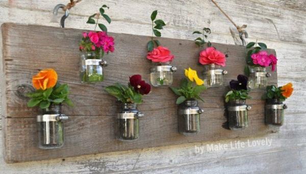 mini vases accrochés sur planche bois déco jardin
