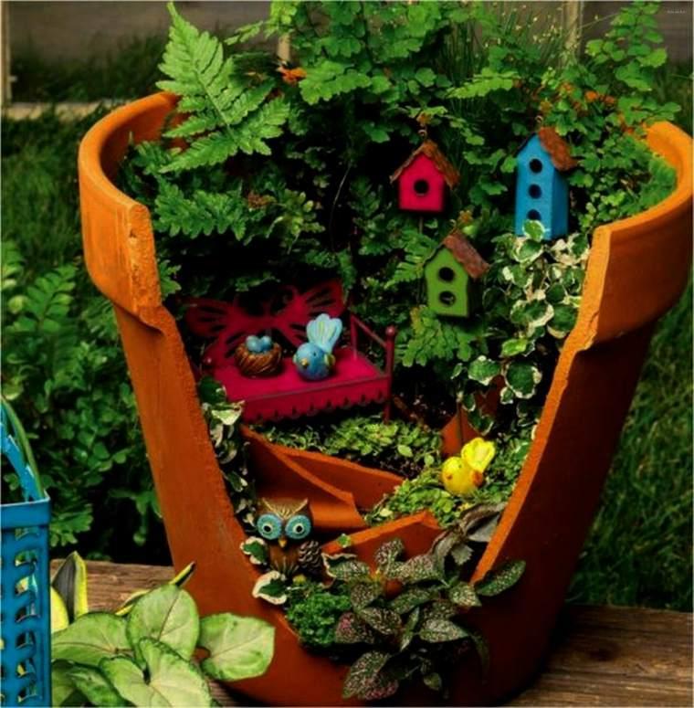 petit monde dans pot de fleur
