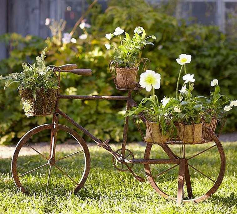 vélo rouillé orné pots de fleurs