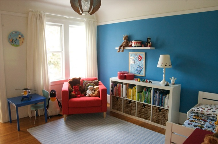 couleur primaire rouge fauteuil mur bleu