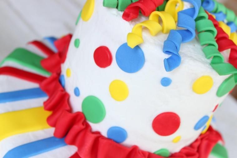 diy déco couleurs primaires gâteau anniversaire