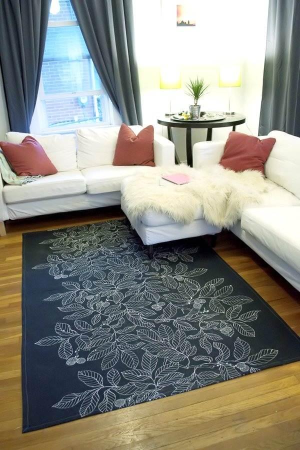 Des motifs floraux sur un tapis noir