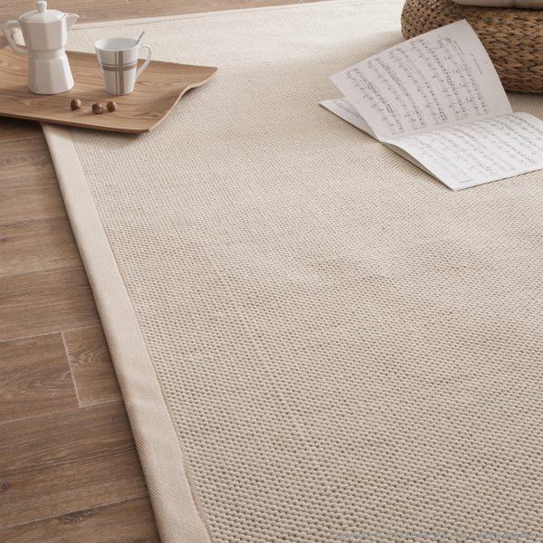 Un tapis en jute avec des motifs peints en couleur blanche