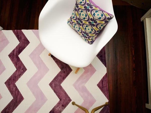 Un tapis violet et blanc pour un aspect chic usé