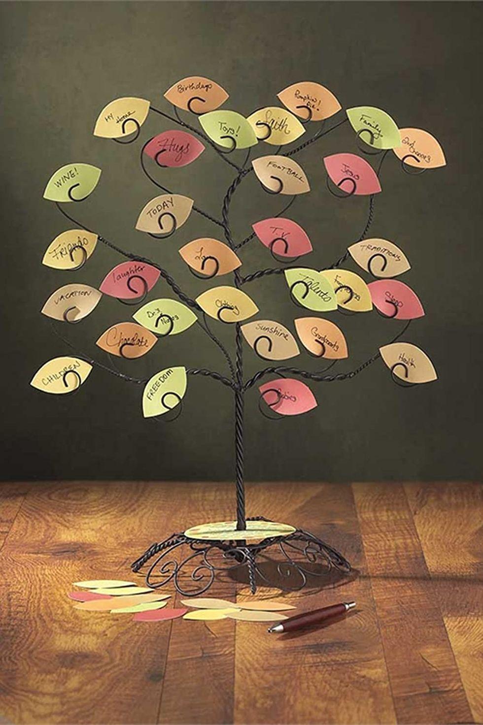 Figurine de l'arbre de la reconnaissance au centre de la table