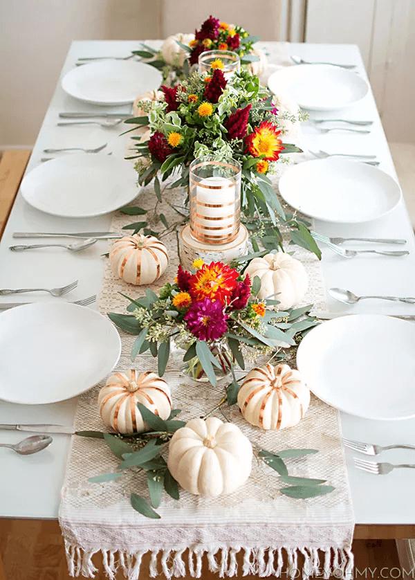Table de Thanksgiving avec des fleurs d'épicerie